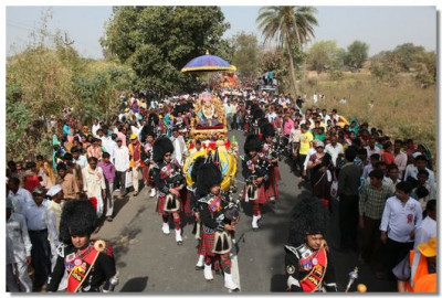 The pipe band marches with Shree Ghanshyam Maharaj