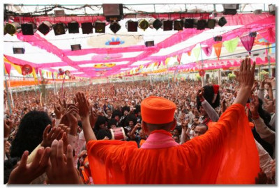Tens of thousands of people are blessed with the divine darshan