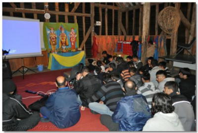 Kirtan bhakti during the evening sabha