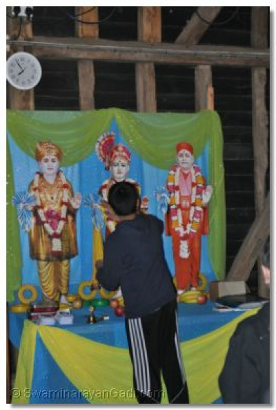 A younster performs Sandhya Aarti