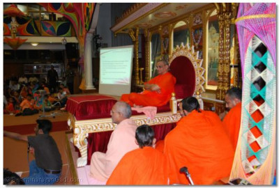 Acharya Swamishree and sants give darshan during the Shibir
