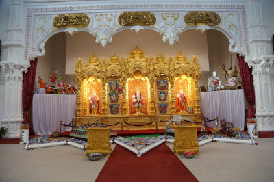 Divine darshan of Lord Shree Swaminarayan, Jeevanpran Shree Abji Bapashree and Jeevanpran Shree Muktajeevan Swamibapa
