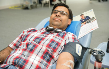 Amit Ghelani, face of recent NHS Blood Campaign, visits Shree Swaminarayan Mandir, Kingsbury to thank the donors