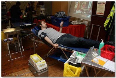 Some donors pass their time on the mobiles while the blood is beeing drawn
