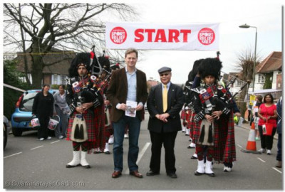 Guests Cllr. Matthew Offord and Cllr. Melvin Cohen enjoy the Shree Muktajeevan Pipe Band
