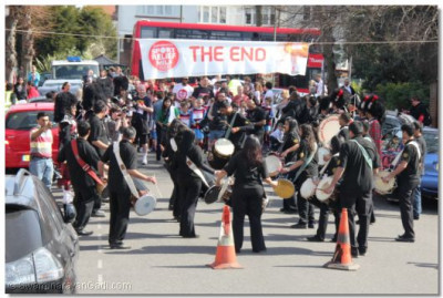Dhol players entertain the runners
