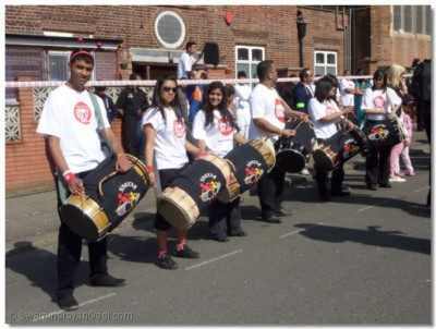 Runners are greeted by the performance from the dhol players