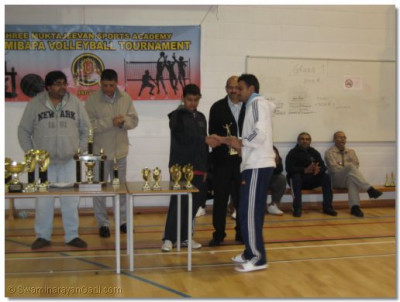Sami of Team Swamibapa receives the Player of the Tournament trophy