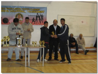 Paresh Govind Kerai receives the Swamibapa Player of the Team trophy