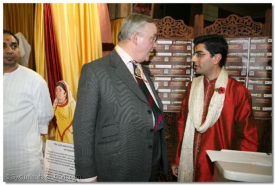 Deputy Lieutenant Martin Russell (the Queen's Lord Lieutenant and Representative for North London) in coversation with Temple Trustee Dr Mahesh Varsani