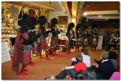 Shree Mukatjeevan Pipe Band and Shree Muktajeevan Dhol Academy perform the dhol fusion