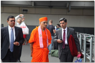 His Divine Holiness Acharya Swamishree leaves Heathrow Airport