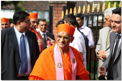 Disciples escort His Divine Holiness Acharya Swamishree into the temple grounds