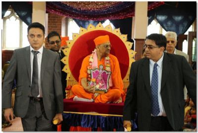 Disciples carry His Divine Holiness Acharya Swamishree into Shree Swaminarayan Temple London
