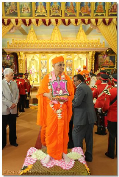 Divine darshan of His Divine Holiness Acharya Swamishree and Shree Harikrishna Maharaj inside Shree Swaminarayan Temple London