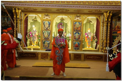 Divine darshan of His Divine Holiness Acharya Swamishree and Shree Harikrishna Maharaj adorned in pink and purple