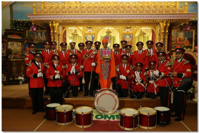 His Divine Holiness Acharya Swamishree blesses Shree Muktajeevan Pipe Band London