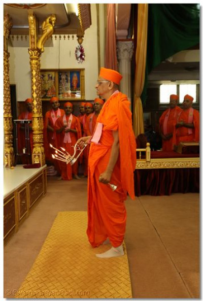 His Divine Holiness Acharya Swamishree performs aarti to Lord Shree Swaminarayanbapa Swamibapa at Shree Swaminarayan Temple London