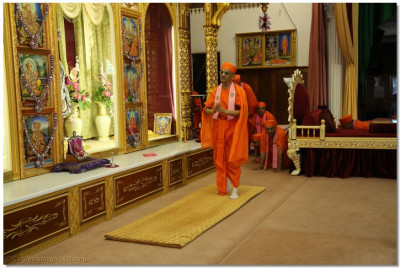 His Divine Holiness Acharya Swamishree performs the darshan of Lord Shree Swaminarayanbapa Swamibapa at Shree Swaminarayan Temple London