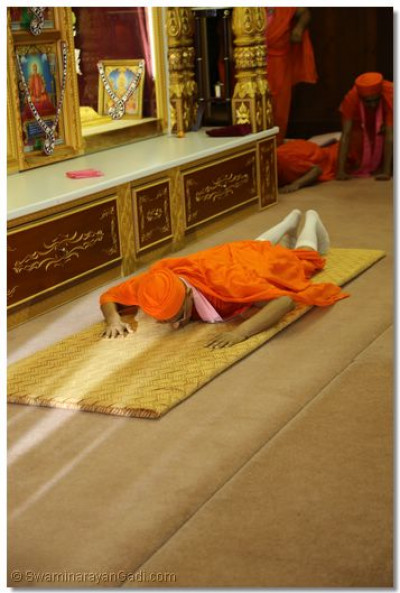 His Divine Holiness Acharya Swamishree bows to Lord Shree Swaminarayanbapa Swamibapa at Shree Swaminarayan Temple London