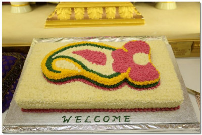"A close up of the beautiful ""Welcome"" cake"