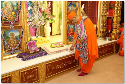 His Divine Holiness Acharya Swamishree cuts the 'Welcome' cake