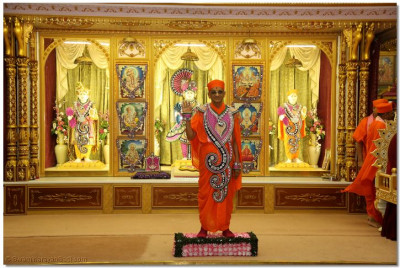 Divine darshan of His Divine Holiness Acharya Swamishree in front of Lord Shree Swaminarayanbapa Swamibapa at Shree Swaminarayan Temple London