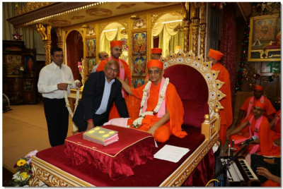 Disciples welcome His Divine Holiness Acharya Swamishree to Shree Swaminarayan Temple London