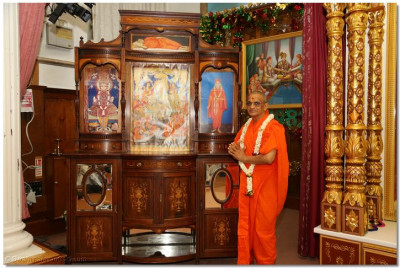 Divine darshan of His Divine Holiness Acharya Swamishree in front of the very old previous Sinhasan and murtis of Lord Shree Swaminarayanbapa Swamibapa