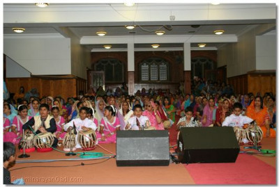 Young disciples perform on tabla