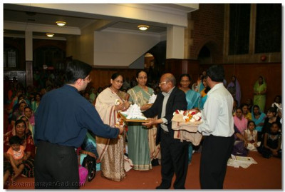 Members of the Temple Committee present hounered guests, including Mrs Jyotsnaben Shah, with prasad shawl and mementos