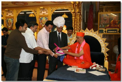 Acharya Swamishree inaugurates the 2nd edition of Smile - a periodical newsletter for London Temple