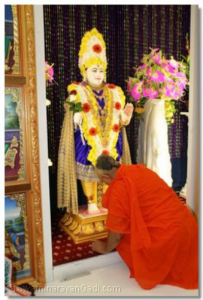 Achayra Swaishree prays at the lotus feet of Shree Ghanshyam Maharaj