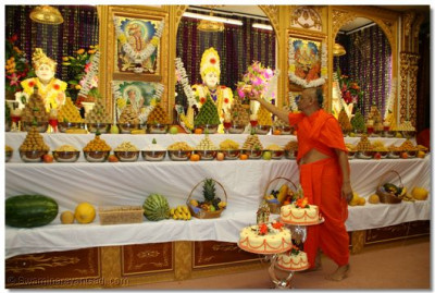 Acharya Swamishree offers prasad cake to Shree Ghanshyam Maharaj