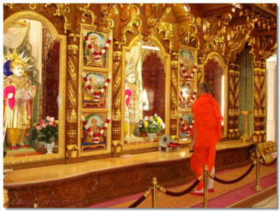 Acharya Swamishree performs aarti to Lord Swaminarayanbapa Swamibapa at New Jersey temple on 12th August before departing for the airport