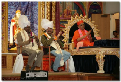 Acharya Swamishree and guests appreciate the performances