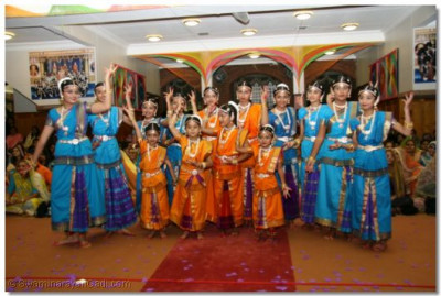 Young disciples from the  Shree Muktajeevan Arts and Culture Academy perform to 'Ame Darshan Karva Jaiye' to please Lord Swaminarayanbapa Swamibapa