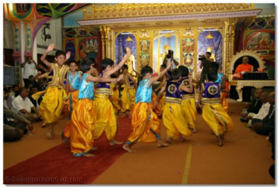 Young disciples in traditional uniforms perform a dance to 'Aavo Aavo Ghanshyamaji' to please Lord Swaminarayanbapa Swamibapa