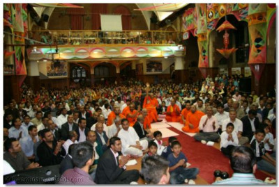 Acharya Swamshree and sants enjoy the performance