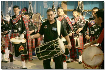 Shree Muktajeevan Pipe Band and Shree Muktajeevan Dhol Academy perform the 'Fusion' show
