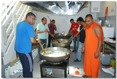 Disciples and sants prepare prasad for the following day