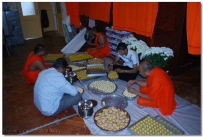 Sants and disciples prepare the annakut prasad
