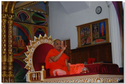 Acharya Swamishree gives His divine aasihrwad
