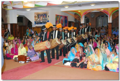 Members of Shree Muktajeevan Pipe Band and Shree Muktajeevan dhol Academy in performance