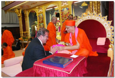 Acharya Swamishree gives darshan to Rt Hon Tony McNulty MP, Home Office Minister of State for Security, Counter-terrorism, Crime and Policing.