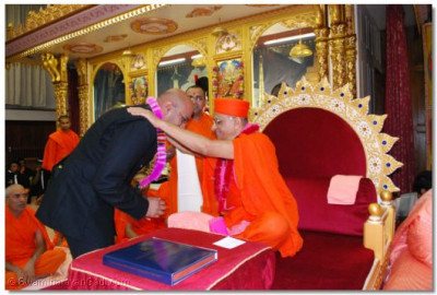 Mr Bhimji Vekaria, Police Community Liaison Officer and Chair of Metropolitan Police Hindu Association is blessed by Acharya Swamishree