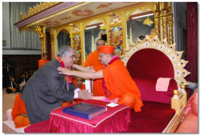 Acharya Swamishree gives His blessings to Mr Sudashan Bhatia, President of National Council of Hindu Temples