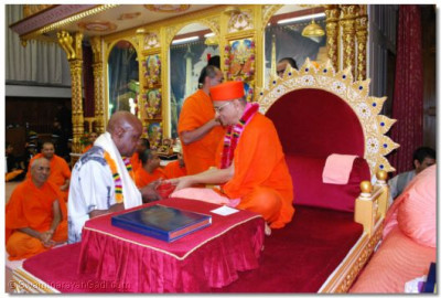Cllr. Frances Eniola, London Borough of Brent is presented with prasad by Acharya Swamishree