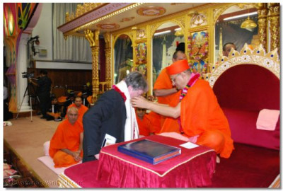 Cllr. Barry Rawlings, London Borough of Barnet is blessed by Acharya Swamishree