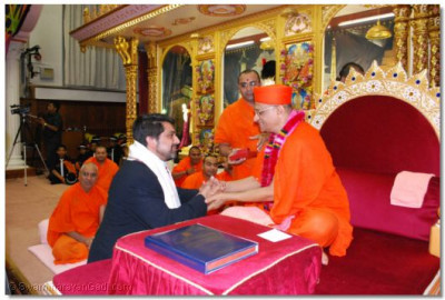Acharya Swamishree blesses Cllr. Muhammed Butt, London Borough of Brent